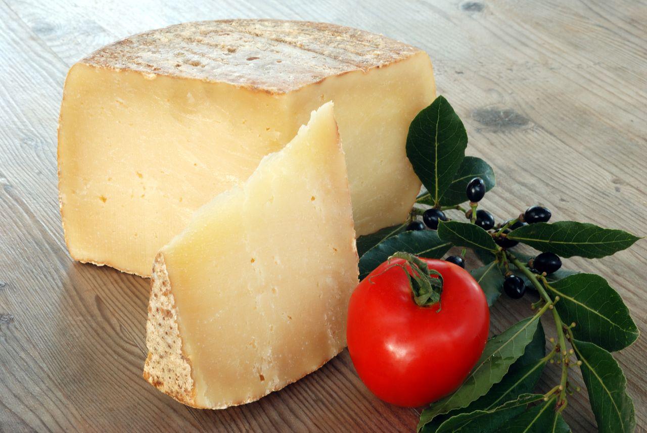 fromage avec tomate cerise rouge et basilic vert