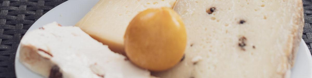 fromage sur une assiette avec une tomate